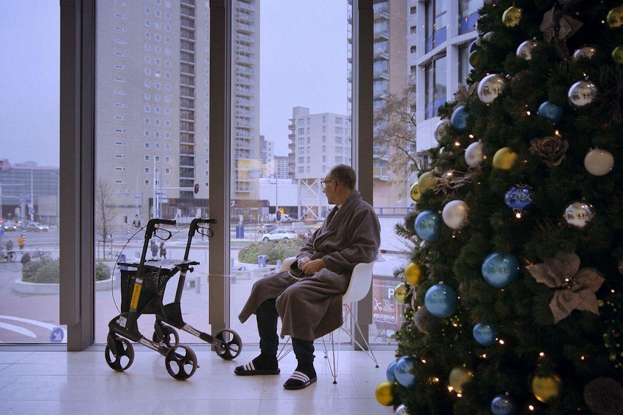 man-kerstboom-ziekenhuis