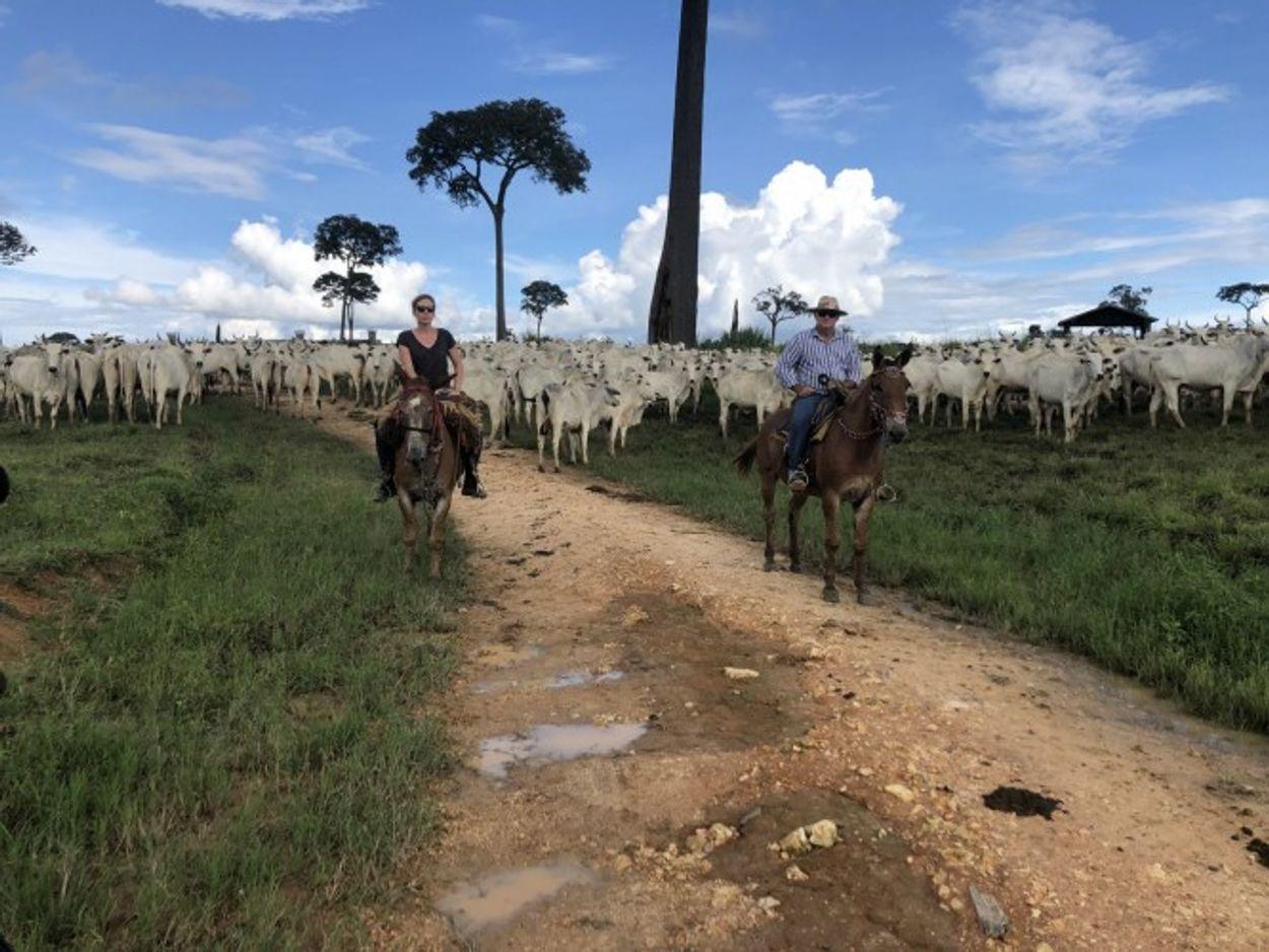 Sandra met boer in Brazilië