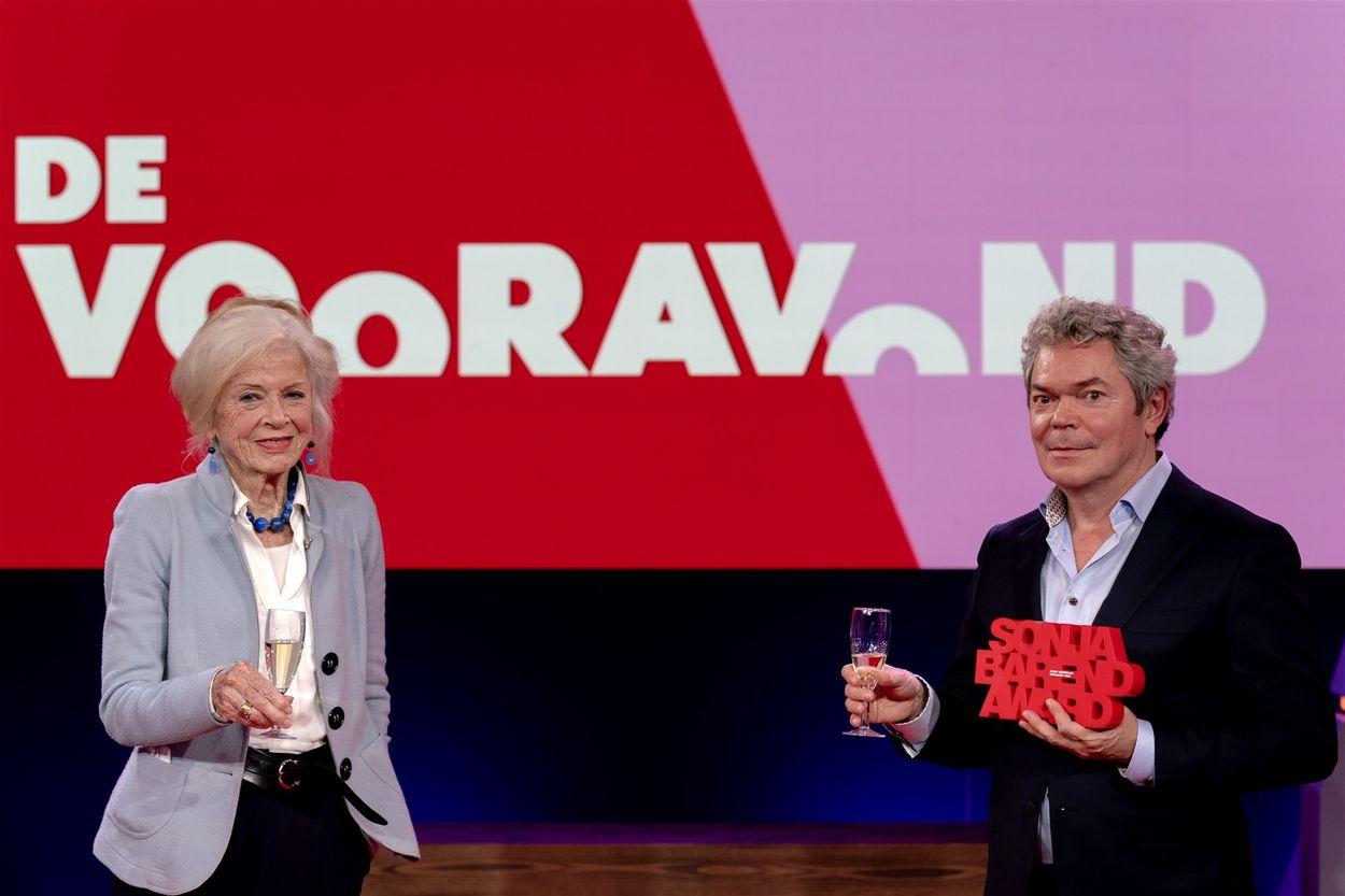Afbeelding van Coen Verbraak wint Sonja Barend Award: hoe denkt defensie over zijn drieluik?