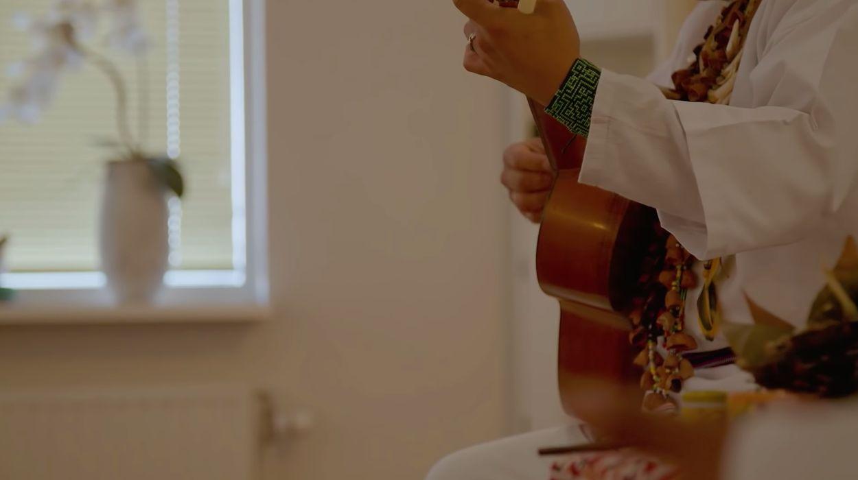 Taita speelt gitaar