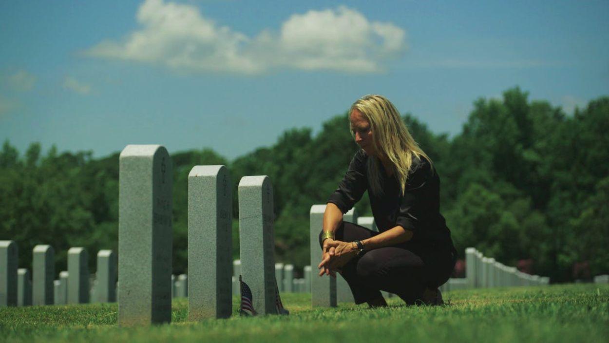 Floortje Dessing bij de graven van de broers Jeremy en Ben Wise in Virginia.